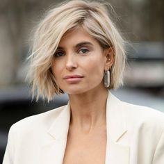 Short Bob: Die heiße Bob-Frisur, die jedem steht Whether with beach waves, super sleek or with a long pony – the bob hairstyle is always. The trend hairstyle 2019 is clearly the Short Bob. Blunt Bob Hairstyles, Cool Hairstyles, Cute Bob Haircuts, Beach Hairstyles, Hairstyle Short, Bobs Rubios, Short Blonde Bobs, Blonde Blunt Bob, Blond Bob