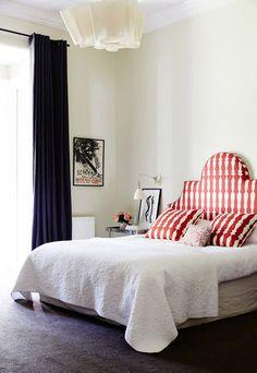 Cabeceira e cortina revolucionam espaço clean