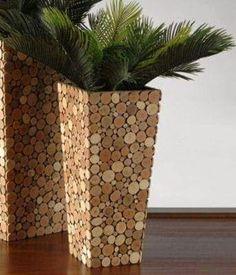 Rolhas de cortiça cortadas e coladas em vasos de plantas.