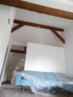 10. August 2015 - Blick in die neue Mansarde-Suite mit dem Design-Sofa im Vordergrund.