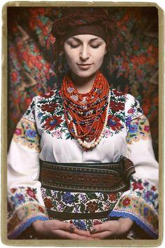 Благодійна фотосесія в давньому українському строї.