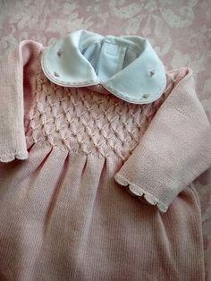 Conjunto vestido para saída de maternidade composto por vestido com peito em ponto smock e pérolas aplicadas uma a uma manualmente + calça em tricô.  Tamanho:RN      Composição: Linha hipoalergênica (50% Algodão / 50% Acrílico)    Sugestão: Para compor uma saída de maternidade completa use com este vestido uma manta em tricô ou em tecido de algodão e body em algodão com gola bordada.  Confira estas peças adicionais nos álbuns 'Body' e 'Mantas e Cobertores'. Personalize e crie peças únicas…