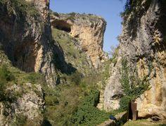 Από το χωριό Παρόρι ξεκινά μονοπάτι προς τη σπηλαιοεκκλησιά της Παναγιάς της Λαγκαδιώτισσας. Σύμφωνα με τη παράδοση ο  ναός είναι κτίσμα του 12ου αιώνα και εδώ λειτουργήθηκε ο Κωνσταντίνος Παλαιολόγος όταν ξεκίνησε το ιστορικό του ταξίδι προς τη Κωνσταντινούπολη στις αρχές του 1449. Το μονοπάτι διασχίζει ένα ιδιαιτέρα όμορφο φαράγγι όπου αριστερά τρέχουν τα νερά μικρού ποταμού. Το τοπίο είναι μοναδικό και θυμίζει τα Μετέωρα.