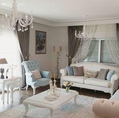 Evdeki abartısız şıklık hissinde, mobilya ve aksesuarların bütünlüğünün de payı var.. Perdelerden, halı ve aydınlatmalara hem renkler, hem de stil güzel bir harmoni içinde..