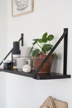 DIY: LEATHER STRAP SHELF Scandinavian Shelves, Scandinavian Design, Leather Strap Shelves, Plant Shelves, Home Projects, Room Inspiration, Home Kitchens, Diy Home Decor, Ikea