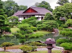 A discreet beauty, harmony between pavilions and compositions master gardeners characterize this masterpiece occupying an important place in Japanese arts. Kyoto, Villa, Japanese Art, Pavilion, Stepping Stones, Cabin, House Styles, City, Places