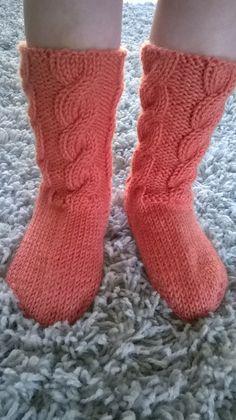 Sukkaa pukkaa epätasaisen tasaisesti. Pienen tytön (suur)perheen äiti, joka kirjoittelee arjen pienistä asioista. Living Room Designs, Living Room Decor, Bedroom Decor, Crochet Slippers, Knit Crochet, Loom Knitting Patterns, High Quality Images, Christmas Stockings, Socks