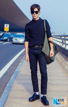 Street style shots of actor Jing Boran released | China Entertainment News