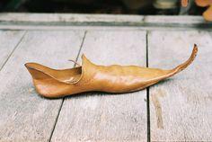 En esta época se introdujo un tipo de zapato en punta, la POLAINA, estilo que ha perdurado hasta la actualidad. Inicialmente se consideraba que calzar zapatos puntiagudos era un símbolo de posición elevada. Por ello, las puntas tenían cada vez una longitud menos natural: a veces llegaban a los 45 centímetros. Finalmente, una ley inglesa promulgada en 1363 asigno a cada clase social una longitud de punta para el calzado. 62