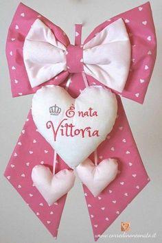 coccarda per nascita rosa Vittoria Gift Wrapping, Baby Shower, Bows, Embroidery, Tableware, Scrapbooking, Victoria, Fashion, Designer Dresses