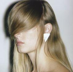 """Les boucles d'oreilles """"Mighty Ears"""" Triangle de Saskia Diez http://www.vogue.fr/joaillerie/le-bijou-du-jour/diaporama/les-boucles-d-oreilles-graphiques-de-saskia-diez/14541#!6"""