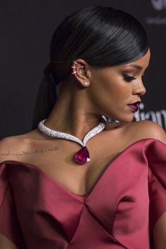 Discovered by Tihanna. Find images and videos about pretty, singer and rihanna on We Heart It - the app to get lost in what you love. Rihanna Fan, Rihanna Style, Rhianna Fashion, Beyonce, Red Fashion, Fashion Women, Rihanna Diamonds, Rihanna Makeup, Rihanna Outfits