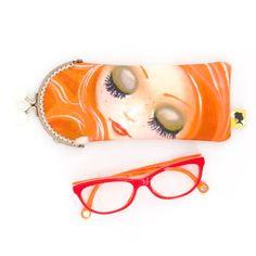 Etui lunette original, illustré visage de femme, fait-main avec fermoir clip en métal, cadeau pour femme, pour la fete des meres, 8x19 cm Clip, Sunglasses Case, Etsy, Woman Face, Mini Bag, Lobster Clasp, Unique Jewelry, Handmade