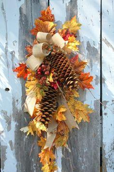 déco d'automne  en cônes de pin et feuilles jaunes