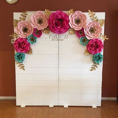 ideas for wood decoration event Paper Flower Backdrop Wedding, Gold Backdrop, Paper Flower Decor, Large Paper Flowers, Giant Paper Flowers, Flower Decorations, Wedding Decorations, Paper Backdrop, Baby Shower Balloon Decorations