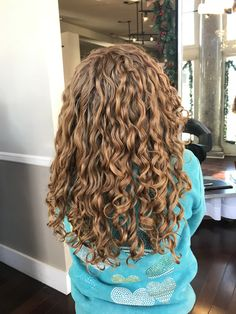 layered curly hair Curly hair has always had a distinct air. Nowadays, curly hair is in the forefront, most people use various tools and hair prod Layered Curly Hair, Colored Curly Hair, Short Curly Hair, Curly Hair Styles, Natural Hair Styles, Curly Hair Headband, Headband Hairstyles, Permed Hairstyles, Easy Hairstyles