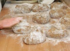Mit ein wenig Zeitaufwand und den richtigen Zutaten kann auch zuhause ein köstliches Brot entstehen.  #rezept #brot #brotbacken #selberbacken Bread, Food, Bread Baking, Oven, Ad Home, Food Food, Recipies, Brot, Essen