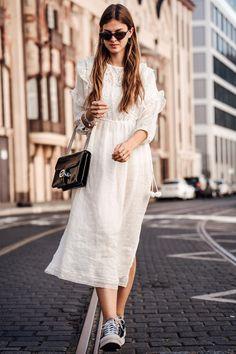 MI-longue robe hippie chic dentelle, tenue boheme chic broderies de coton volants, tenue avec baskets pour la ville