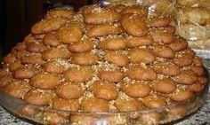 Melomakarona Greek cookies recipe - Greek Recipes MELOMAKARONA (already plural) Greek honey macaroons with crushed walnuts. Greek Sweets, Greek Desserts, Greek Recipes, Melomakarona Recipe, Greek Cake, Eat Greek, Cypriot Food, Greek Cookies, Greek Pastries