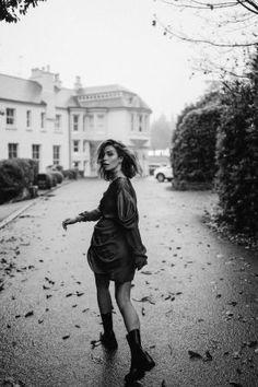 Streetstyle by Masha Sedgwick Portrait Photography Poses, Photography Poses Women, Urban Photography, Photo Poses, Girl Photography, Street Photography, Fashion Editorial Photography, Vogue Editorial, Photography Styles