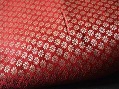 Ceci est une belle fleur Motifs Tissage Brocade Fabric en couleur rouge et d'or.  Vous pouvez utiliser ce tissu pour faire des robes, des tops, chemisiers, vestes, de l'artisanat, des embrayages...