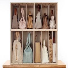 astuces rangement pour mieux organiser les sacs a main avec des boites Home Remodeling Diy, Luxury Interior Design, Cheap Home Decor, Wall Decor, Organiser, Simple, Closets, Ranger, Dressing