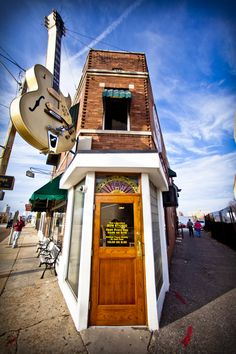 The most famous recording studio in the world. Considered the birthplace of Rock n' Roll, Sun Studio, Johnny Cash, Elvis Presley and Roy Orbison all recorded here. Rock.