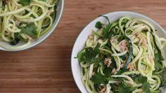 YES - Spaghetti Carbonara schmeckt auch in abgewandelter und gesünderer Form!   Statt Weizennudeln Zoodles, statt Sahne Kokosmilch - somit für alle geeignet die gluten und laktosefrei essen wollen.  Und den Speck haben wir mit Lachs ausgetauscht. Gute Entscheidung für Fisch-Fans!  #SpaghettiFuerAlle #GesuenderLeben #WeilWirEsKoennen