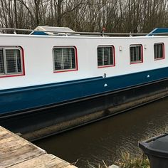 Is it really possible to live on a houseboat?different types of houseboats that are commonly used as fulltime dwellings of vacation homes. Houseboat Living, Canal Boat, Houseboats, Tiny House Movement, Tug Boats, Pontoon Boat, Water Crafts, What Is Life About, Rustic Design