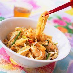 Recette de Nouilles chinoises sautées aux crevettes. Il vous faut : ciboulette, crevettes roses, huile d'olive, nouilles chinoises, quelques gouttes de sauce pimentée (selon goût), sauce soja, sel, barquette de soja, sucre, citron, gousse d'ail