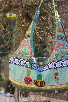 Pinned as a reminder to myself to use up random old printed textiles together to make a new bag. My Bags, Purses And Bags, One Bag, What To Make, Sewing Hacks, Sewing Ideas, Kids Bags, Textile Prints, Purses
