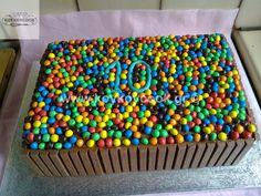 ΤΟΥΡΤΑ ΓΕΝΕΘΛΙΩΝ ΟΥΡΑΝΙΟ ΤΟΞΟ ΜΕ ΚΙΤΚΑΤ & SMARTIES Food Network Recipes, Sprinkles, Birthdays, Sweets, Candy, Desserts, Birthday Cakes, Lego, Anniversaries