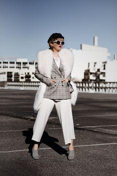 stola-outfit-fakefur-kunstpelz-white-culotte-ootd-streetstyle-fashionblog-modeblogger-muenchen-berlin-111-kopie Blazer Fashion, Fashion Outfits, Checked Blazer, Fake Fur, Ootd, Elegant, Mantel, White Jeans, Jackets