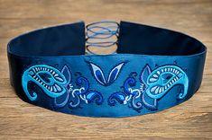 Ručne vyšívaný opasok na jemne saténovom kráľovsky modrom podklade Vystužený, podšitý tmavo modrou hrubšou látkou, aby pevne držal a nešmýkal sa Možnosti zapínania - stuha/korzetové...