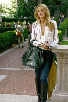 Serena van der Woodsen Wearing a White Striped Blazer Just like her memorable Gossip Girl character Serena van der Woodsen, Blake Lively knows how to put together a trendy outfit. While the actress is a Gossip Girls, Mode Gossip Girl, Estilo Gossip Girl, Gossip Girl Outfits, Gossip Girl Fashion, Fashion Tv, Fashion Outfits, Fashion Trends, Gossip Girl Style