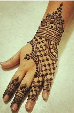 Mehndi applying is as old as Muslim tradition. Girls feel a special happiness and amusement during the application of best Arabic mehndi designs. Henna Tattoos, Mehandi Henna, Jagua Henna, Hand Mehndi, Henna Tattoo Designs, Mehendi, Mehndi Designs For Beginners, Unique Mehndi Designs, Henna Designs Easy