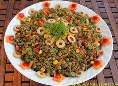 Hem çok besleyici hem de çok renkli bir salata...  malzemeler:  2 su bardağı yeşil mercimek 2 adet havuç 2 adet kırmızı biber küçük kutu kon...