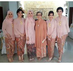Great inspiration for kebaya keluarga (baca: sepupu). Abisan kalo bikin seragaman pake brokat, ga bisa dipake lagi