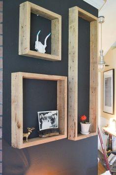 Idée décoration sur les murs Image Description De grands cadres de bois fixés au mur font des étagères qui mettent en valeur les objets qui y sont placés !