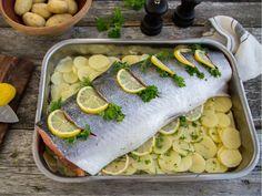 Med mange gjester rundt middagsbordet, er hel laks i ovn en super måte å tilberede laks på. Ikke bare ser det flott ut, men fiskekjøttet holder seg også saftig og godt når laksen bakes med skinnet på. I denne oppskriften kan du også bruke hel ørret.