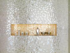 Mur salle de bain en mosaïque irisée + niche