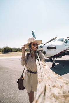 A cute safari style means comfortable layers that will keep you warm. Here's my ultimate safari packing list, plus what to expect on an African safari! Safari Outfit Women, Safari Outfits, Safari Clothes, Travel Outfits, Travel Captions, By Train, Girl Train, Plan My Trip, Travel Drawing