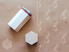Mit der kleinen Schnecke lassen sich wunderbar Muster stempeln, Briefpapiere verschönern und vieles mehr. Die Stempelplatte aus vulkanisiertem Kautschuk wird in einem Fachbetrieb mit Lasertechnik...