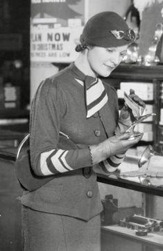 1933 1930s Fashion, Vintage Fashion, 1930s Hats, Trip The Light Fantastic, Art Deco Dress, Old Dresses, Roaring Twenties, Vintage Accessories, Fashion Photo