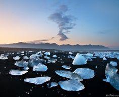 Jökulsarlón, Islande#Entre Skaftafell et Höfn, Jökulsralón est une merveille ! Il s'agit d'un lac, profond de 200 m (!), formé par l'arrivée d'une des langues glaciaires du Vatnajökull. Paysage polaire avec des icebergs aux reflets noirs et bleus. À voir de préférence en fin de journée, avec une lumière rasante. Superbe. De l'autre côté de la route, plage de sable noir sur laquelle des blocs de glace sont échoués.#http://urlz.fr/3hxU#parkerlab.bio.uci.edu
