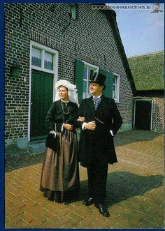 Boerenpaar in Noord-Limburgse klederdracht van omstreeks 1900. #Limburg