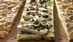 Mozzarella in seiner schönsten Form: Einfach mal mit Oliven und Basilikum marinieren! Auf knusprigem Focaccia einfach lecker!