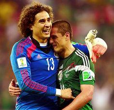 Ochoa terrible golero  and Hernandez pecho frio icebucket challenge humano