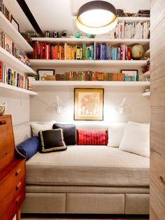 Pokój rodzinny w typowym amerykańskim domu czyli family room, to również miejsce do czytania książek. Sprawdź pozostałe aranżacje pokoju rodzinnego i zainspiruj się! Zapraszam na bloga - nowy wpis z serii 'Amerykański Dom i Wnętrze.