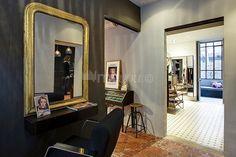 My Cut Concept: Marie Lavigne, férue de mode, et Sébastien Fombaron, coiffeur, ont regroupé leurs activités respectives dans une boutique/appartement, au cœur du quartier branché de Nice. Les deux amoureux ont imaginé un lieu inédit, entre salon de coiffure atypique avec mobilier Knoll d'époque, chaises de coiffeur Ora-Ito, miroirs vintage et salle de massages, et un coin réservé aux créateurs de mode, avec salon d'essayage sous une magnifique verrière.